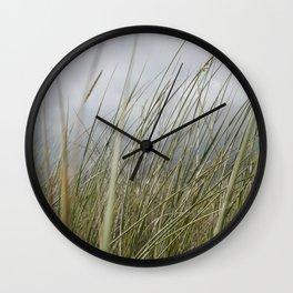 Herbe à côté de la plage Wall Clock