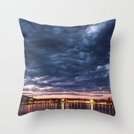 Algo nublado Throw Pillow
