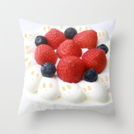 kawaii cake Throw Pillow