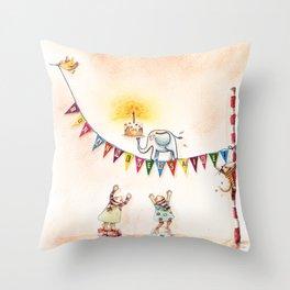 En équilibre Throw Pillow