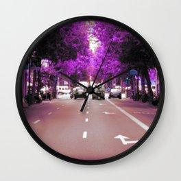 Con el cristal con que se mira Wall Clock
