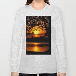 toris annique tumentes solis occasum prope lacum sito Long Sleeve T-shirt