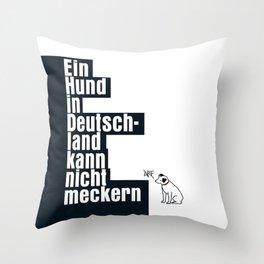 Ein Hund in Deutschland kann nicht meckern Throw Pillow