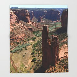 Spider Rock - Amazing Rockformation Throw Blanket
