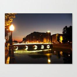 Sobre el puente Canvas Print