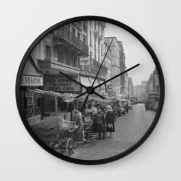 Uitgestalde waren op karren langs de stoep, Bestanddeelnr 254 0389 Wall Clock