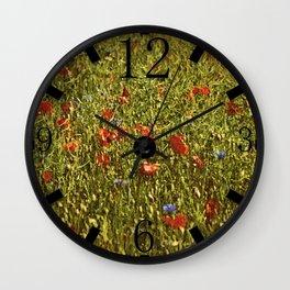 Sommerfeld MIT roten und blauen Blumen Wall Clock