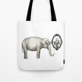 Elefante con gafas, se mira en el espejo Tote Bag