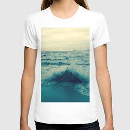 Waves crashing against rocks | Beach T-shirt