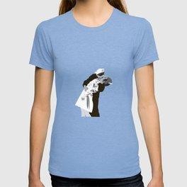 kissing the war goodbye 1945 T-shirt