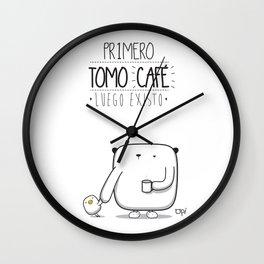 PRIMERO TOMO CAFÉ LUEGO EXISTO Wall Clock