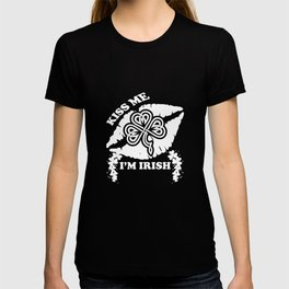 Kiss Me I'm Irish Clover Lips St Patricks Day Irish T-shirt