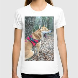Shiba Inu yelling in the woods T-shirt
