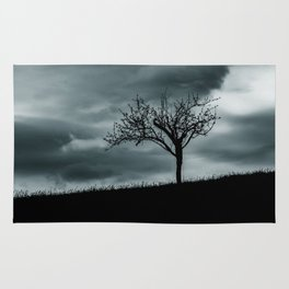 Alone tree before the storm Rug