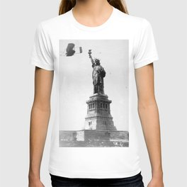 1909 Wilbur Wright, of Wright brothers fame, flies a Wright Type A plane by the Statue of Liberty black and white photograph T-shirt