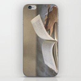 Libro y otoño.  iPhone Skin
