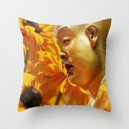 Buddha mit gelben Blumen Throw Pillow