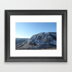 Les montagnes hivernales Framed Art Print