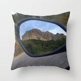 la montagna in uno specchio Throw Pillow