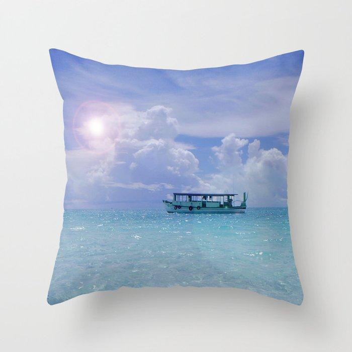 Dhoni aux Maldives Throw Pillow