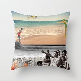 Sur la plage en couleur Throw Pillow