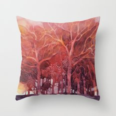 Alberi rossi nel bosco Throw Pillow