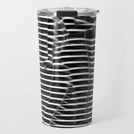 Silueta de mujer detrás de ventana Travel Mug