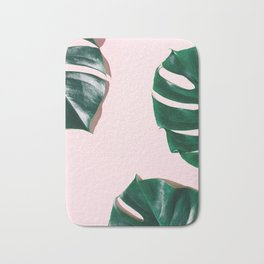 Green monstera leaves on pink ink Badematte