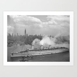 RMS Queen Mary Arriving In New York Harbor Art Print