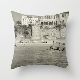 Le saut Estoril Throw Pillow