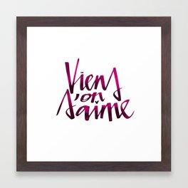 Viens on s'aime Framed Art Print