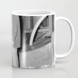 Melkfabriek een man telt hoeveelheid melkbussen die op de vrachtwagen zijn gela, Bestanddeelnr 252 Coffee Mug