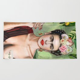 Frida con amigos Beach Towel