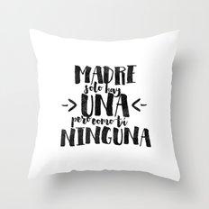 Madre sólo hay una Throw Pillow