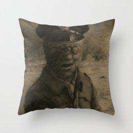 El soldado sin rostro Throw Pillow