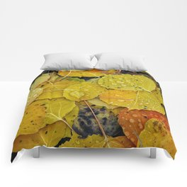 Water droplets on autumn aspen leaves Comforters