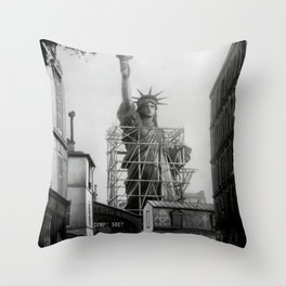 Piecing Together of the Architecture of the Statue Of Liberty In Paris, 1886 black and white photograph Throw Pillow