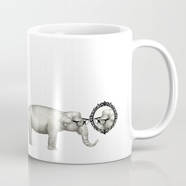 Elefante con gafas, se mira en el espejo Coffee Mug