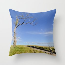Natureza e Bike Throw Pillow