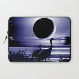 Kraniche am Ufer. Laptop Sleeve