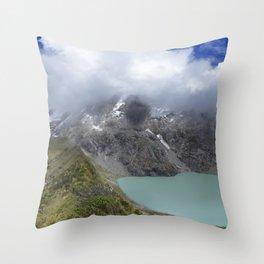 Montañas puras Throw Pillow