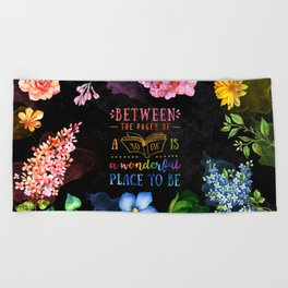 Between the pages - black Beach Towel
