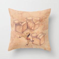 Tres cajas de cartón y un caballo de madera Throw Pillow