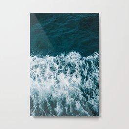 Espuma oscura en el mar Metal Print