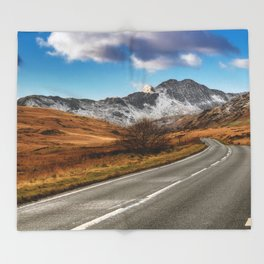 Wnter Scenery Snowdonia Throw Blanket