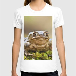 Portrait of a common frog T-shirt
