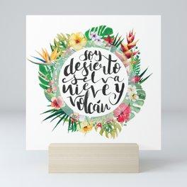 Soy desierto, selva, nieve y volcán Mini Art Print