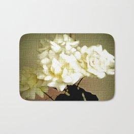 Weiße Rosen auf Leinen. Bath Mat