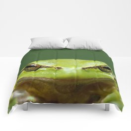 It's not Easy Being Green! (Tree Frog Close up) Comforters