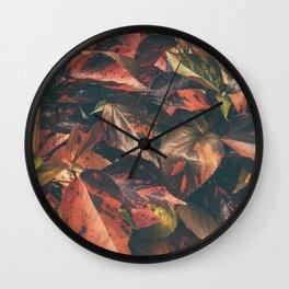 hojas rojas Wall Clock